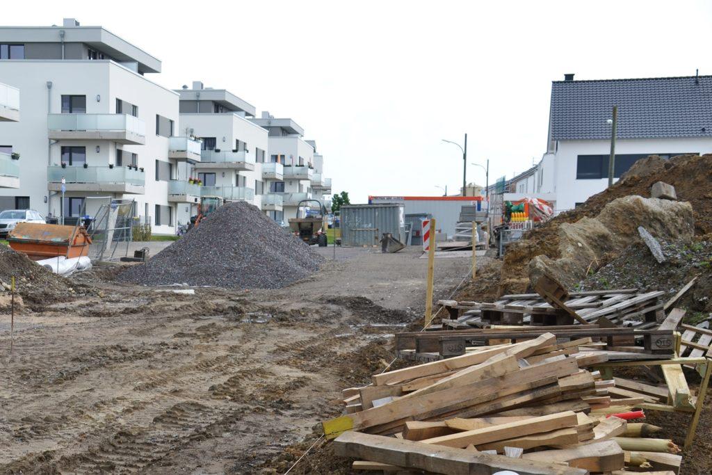 An der Kreuzung Zum Erdbeerfeld/Grüner Bogen beginnen die Baufelder des fünften Bauabschnitts. Der Nevelingweg ist eine der beiden neuen Straßen, die Arbeiter derzeit in der ersten Ausbaustufe fertiggestellen.