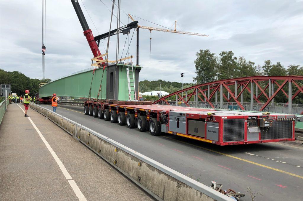 Zwei selbstfahrende Plattformen transportierten die Träger auf die alte Brücke zwischen Bergkamen und Werne.