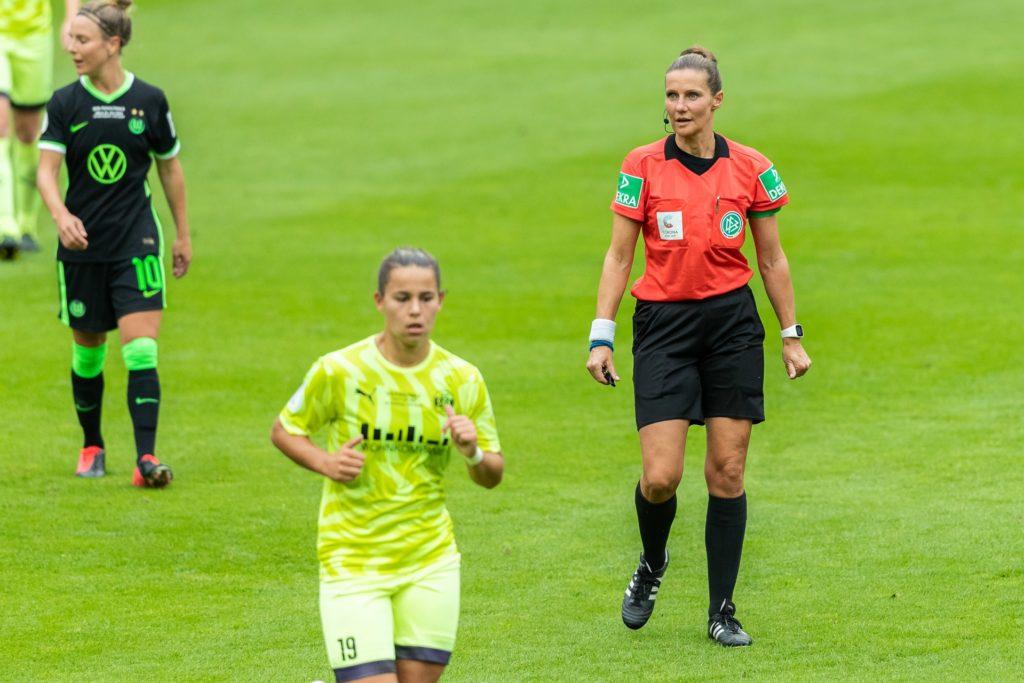 Im DFB-Pokal-Finale der Frauen am 4. Juli 2020 zwischen dem VfL Wolfsburg und der SGS Essen fungierte im Rhein Energie Stadion die Castrop-Rauxelerin  Nadine Westerhoff (r) als Schiedsrichterin.