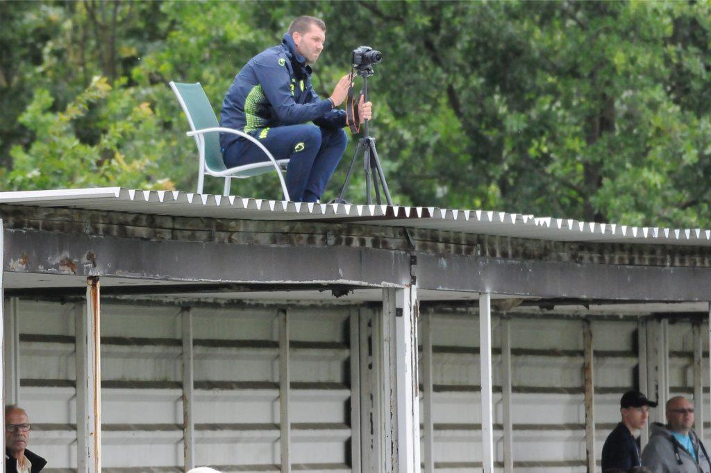 Schwerins Co-Trainer Marco Taschke nahm die 90 Minuten seines Teams gegen den VfB Börnig per Videokamera auf.