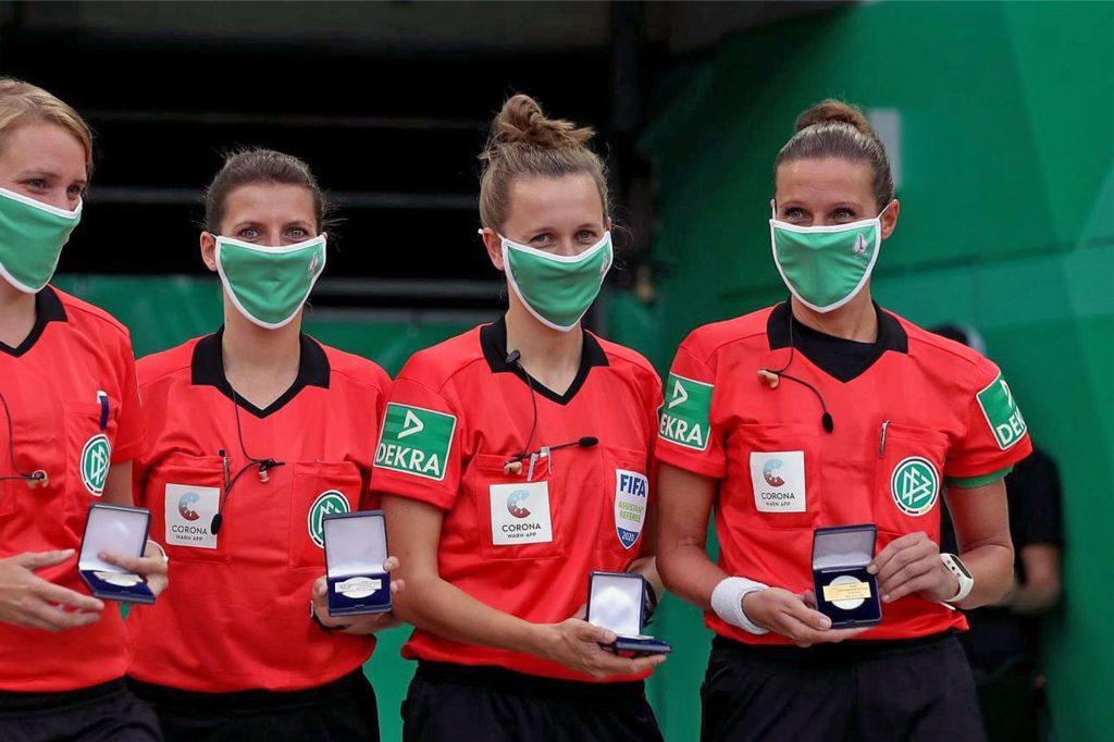 Eine Erinnerungsmedaille bekam die Castrop-Rauxelerin Nadine Westerhoff (r) nach ihrem Endspiel-Einsatz im DFB-Pokal überreicht.