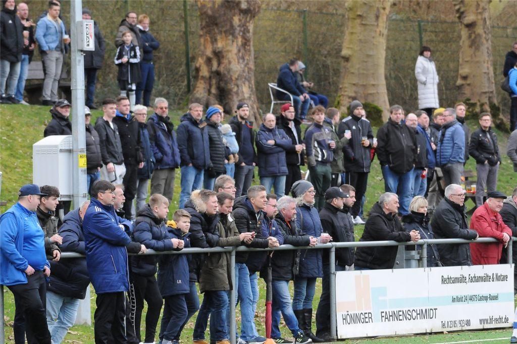 Maximal 300 Zuschauer dürfen während der Corona-Pandemie seit dem 12. Juli bei Fußball-Spielen zuschauen. Und müssen - anders als hier beim Landesliga-Derby zwischen Wacker Obercastrop und dem FC Frohlinde im Februar - den Mindestabstand von 1,50 Metern einhalten.