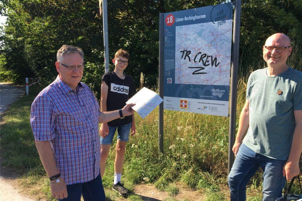 Gute Noten geben (v.l.) Friedhelm Wittlieb, Mats Seiler und Detlef Seiler für das Angebot an Freizeitrouten in Beckinghausen.