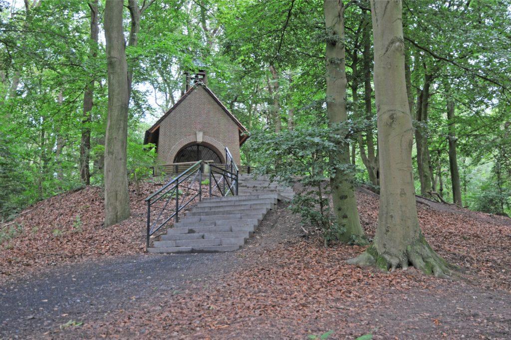Der Weg hinauf zur Barler Kapelle wird dem Besucher mit Treppen erleichtert.