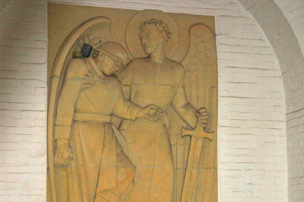 Im Inneren der Kapelle thront über dem kleinen Altar ein Steinrelief von Bildhauer Josef Heising.