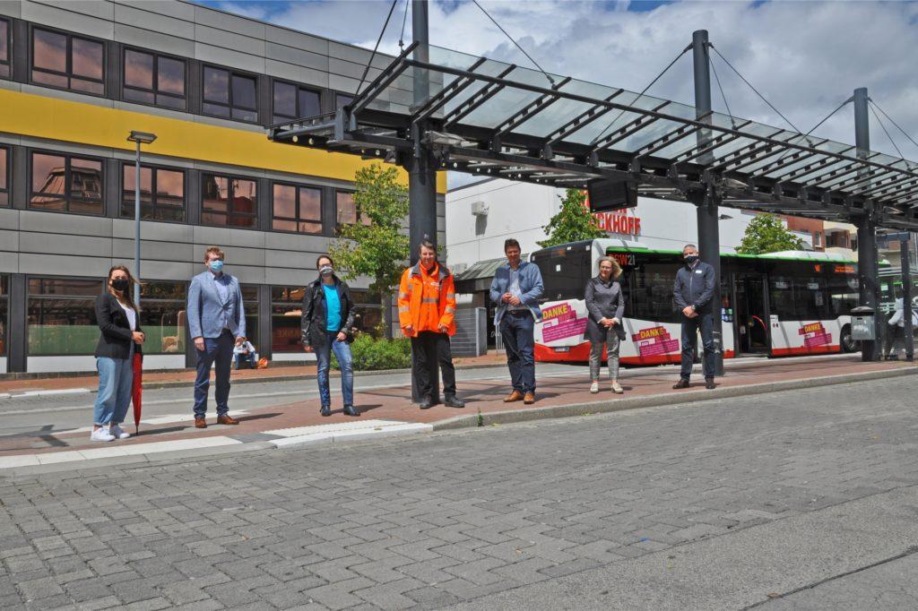Überzeugten sich vom gelungenen Bau des zentralen Omnibusbahnhofs: Bürgermeister Rajko Kravanja, EUV-Vorstand Michael Werner und Vertreter von Stadt, EUV und der beteiligten Verkehrsbetriebe.