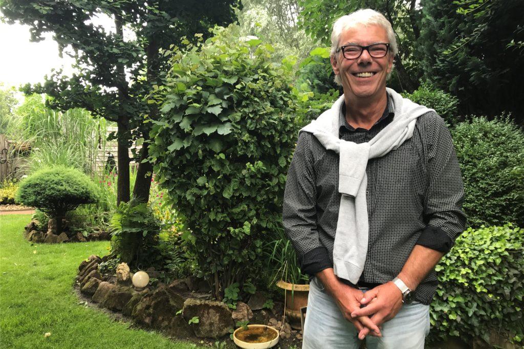 Hier fühlt er sich wohl, hier tankt er auf. Grünen-Ratsherr und Bürgermeisterkandidat Dietmar Eisele in seinem Garten an der Textilstraße in Ottenstein.