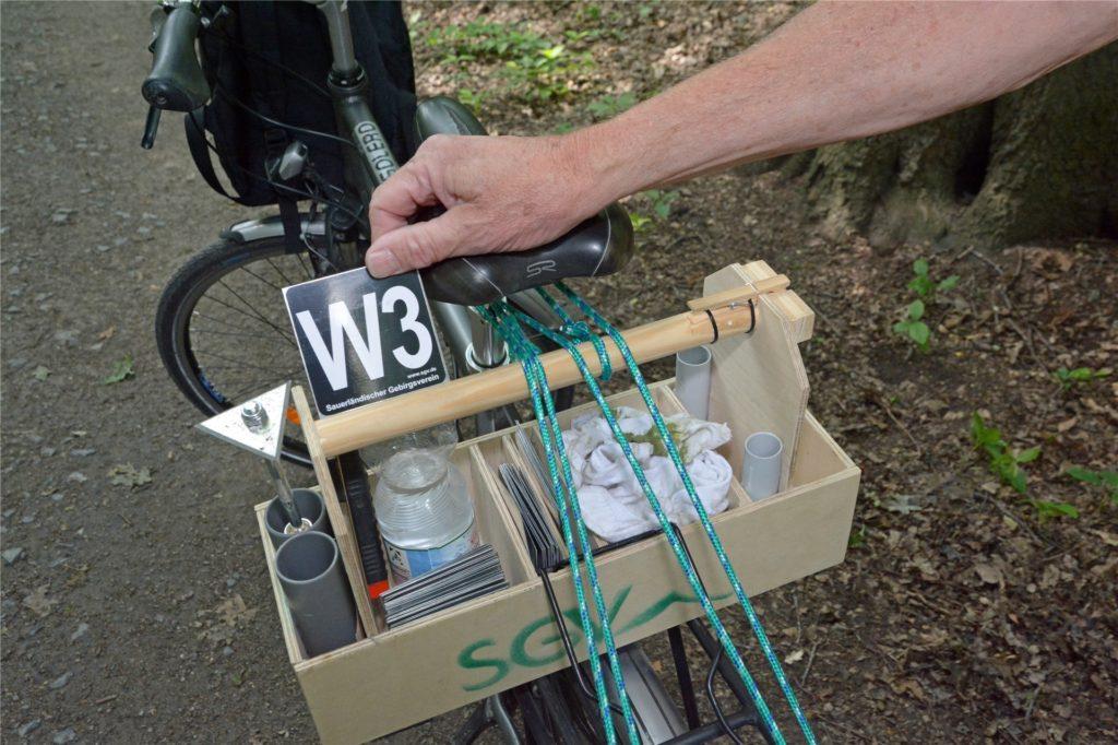 """Ein voller Werkzeugkasten: Einfach so ankleben geht nicht. Zum Glück gibt es für offizielle """"Wegemarkierer"""" sogar Schulungen."""