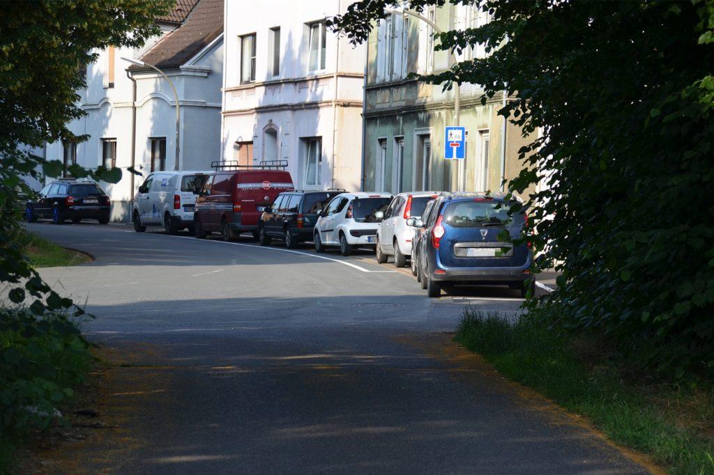 Vor den Häusern in der Sackgasse hat die Stadt im Frühjahr den Parkraum markiert.