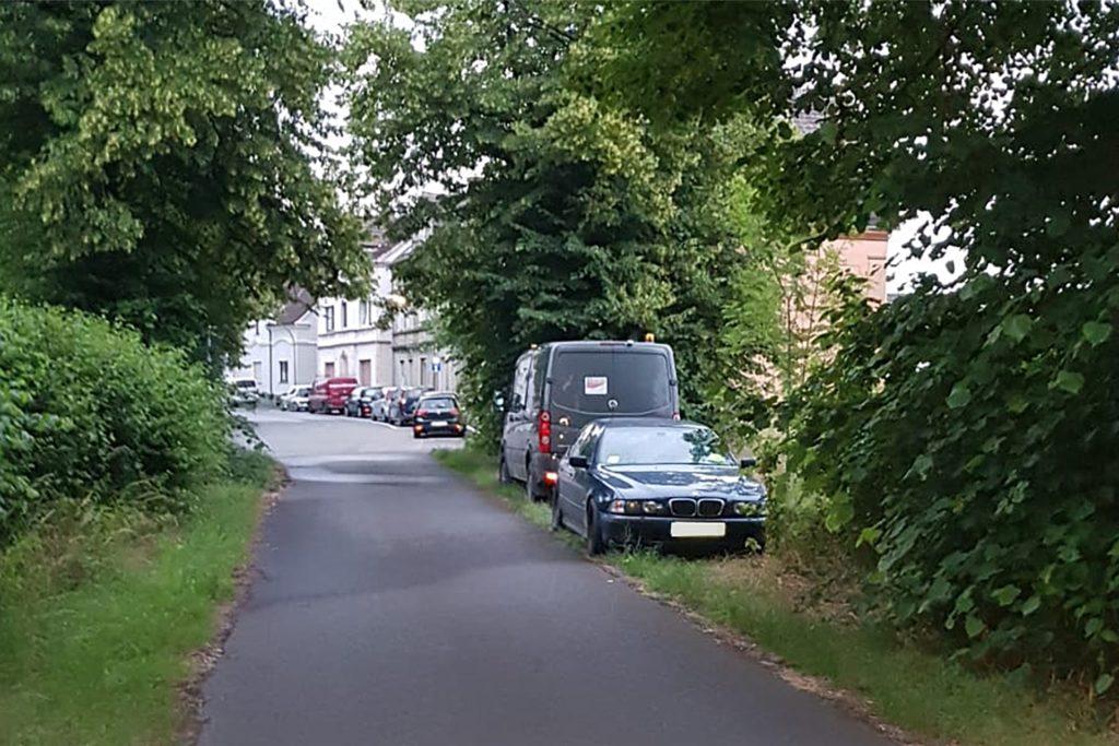 Regelmäßig parken die Bewohner des Hauses widerrechtlich am Rande des Feldwegs.