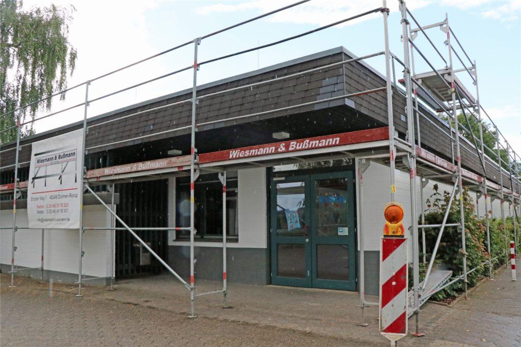 Das Jugendhaus Pool in Legden ist eingerüstet, bis Mitte August sollen die Bauarbeiten andauern.