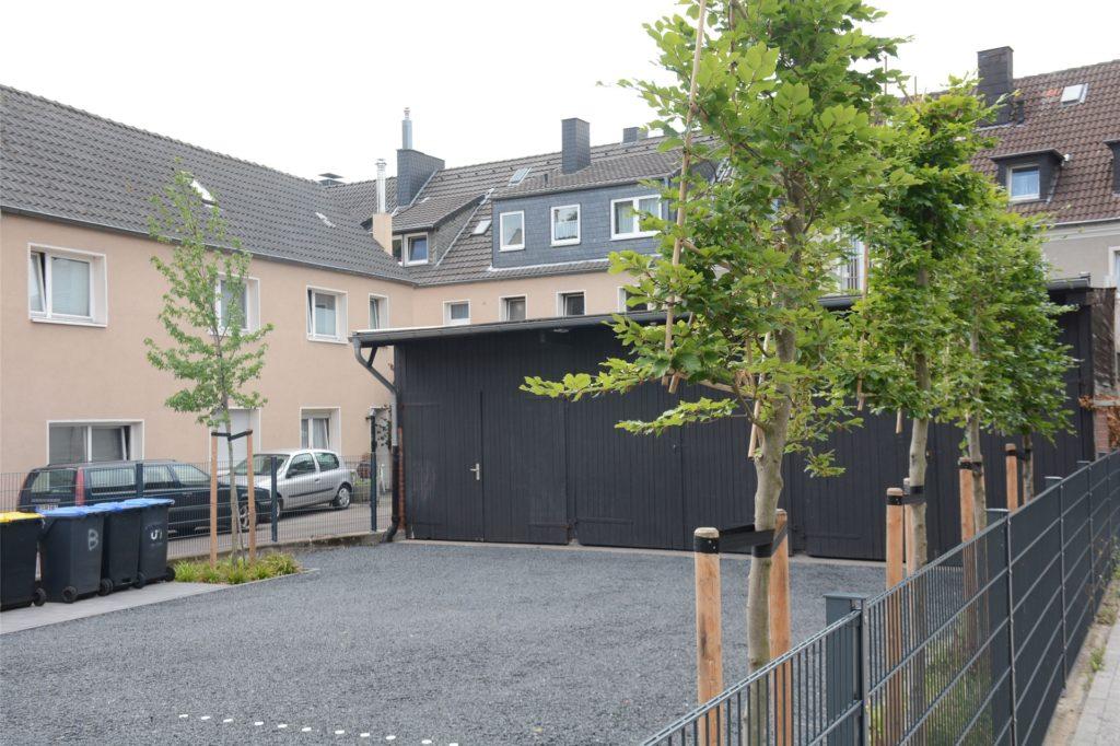 Der Parkplatz im Innenhof der Ursulastraße 7 ist neu strukturiert und mit Mitteln aus dem Hof- und Fassadenprogramm neu begrünt worden