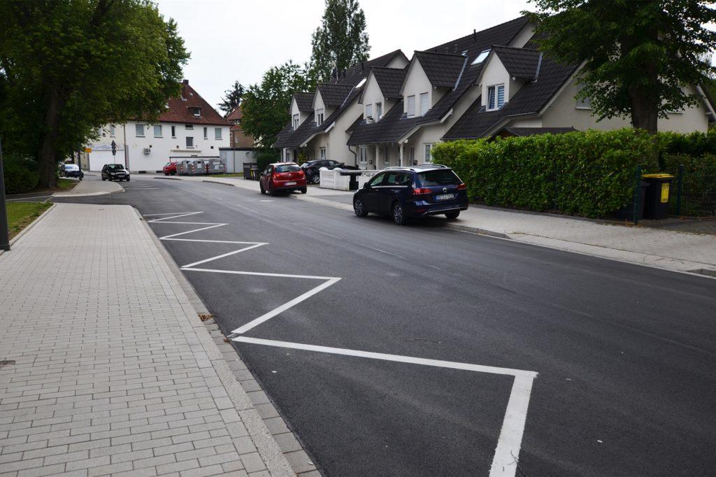 Auf dem neuen Asphalt sind einige Sperrzonen, aber nur wenige Parkplätze markiert. Das verunsichert die Autofahrer.
