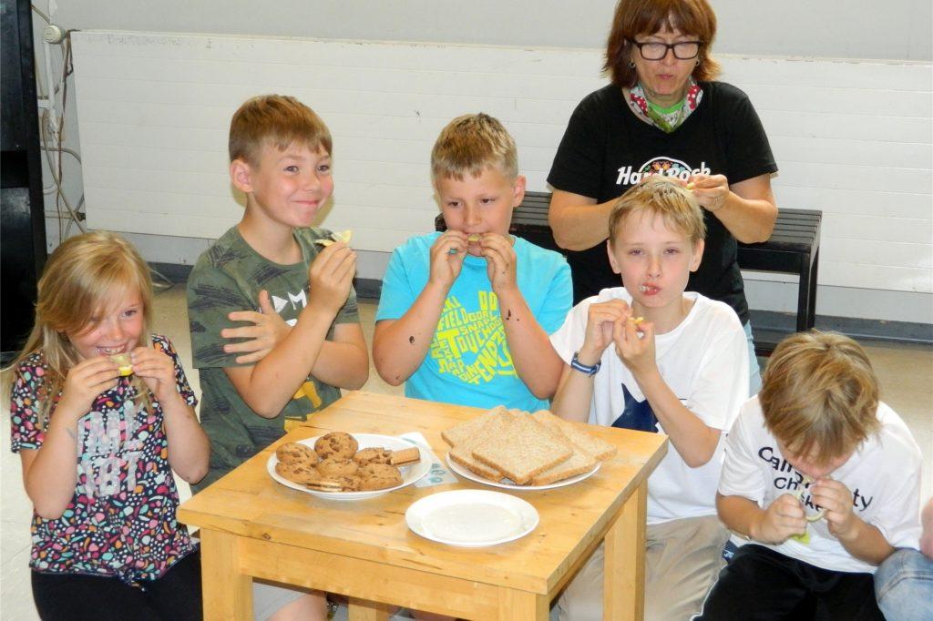 Bei der Zitronen-Challenge im BoGi´s Café müssen die Kinder die sauren Citrusfrüchte essen.