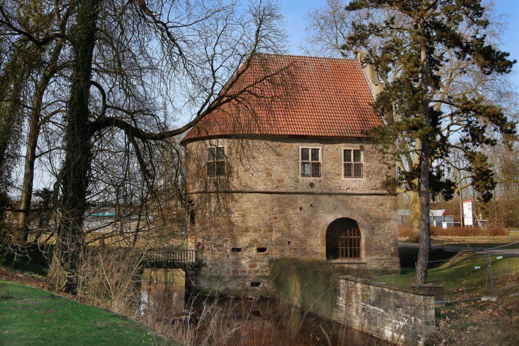 Ausstellungen im Torhaus sind während der Bauphase über die Rückseite zu erreichen.