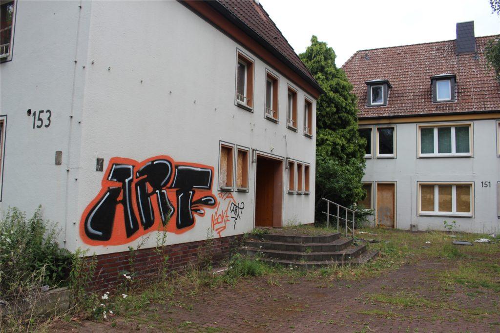 Die drei ehemaligen Ruhrkohle-Gebäude verdecken den Blick von der Straße aus auf ein erstaunlich großes Grundstück, auf dem jetzt Wohnbebauung entstehen soll.