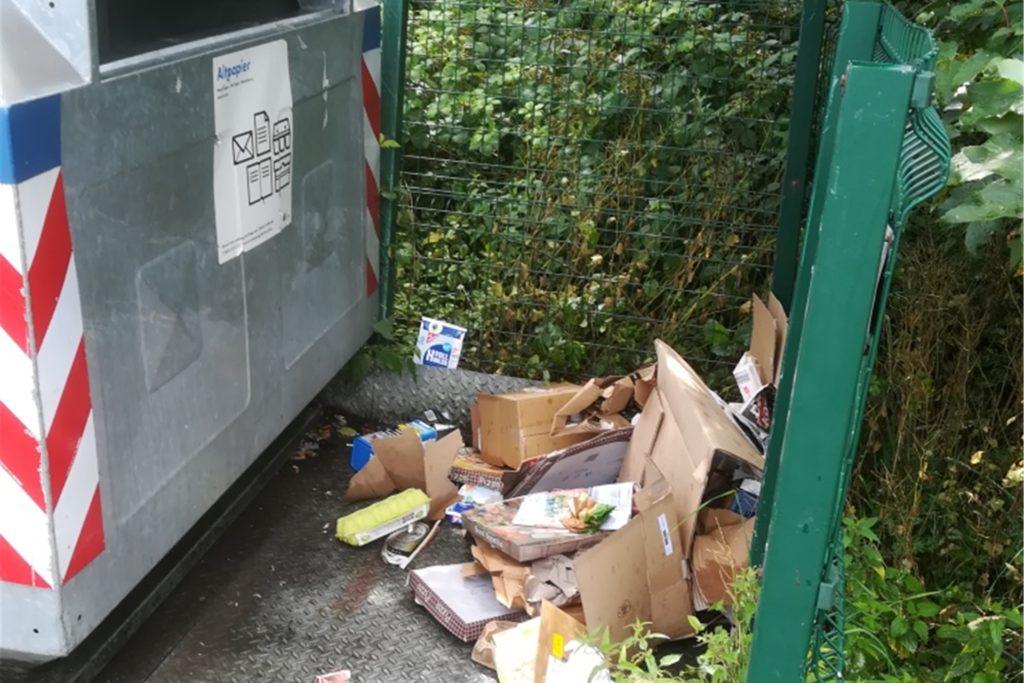 Reichlich Müll landet neben den Containern.