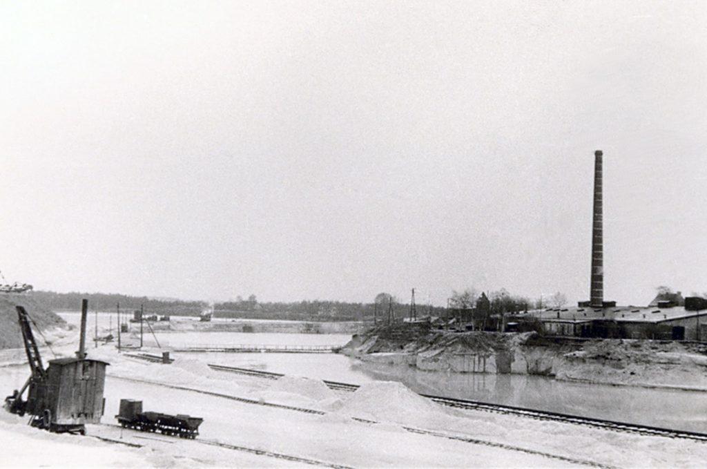 Die Trockengewinnung in Haltern erledigte in den späten 1920er-Jahren ein Dampfbagger. Der größte Teil des Quarzsandes wurde jedoch aus dem Tagebau gefördert.