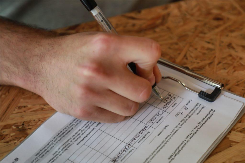 Zu den erhobenen Kontaktdaten gehören etwa Name, Anschrift, Telefonnummer, Ankunfts- und Wieder-Weggeh-Zeit.