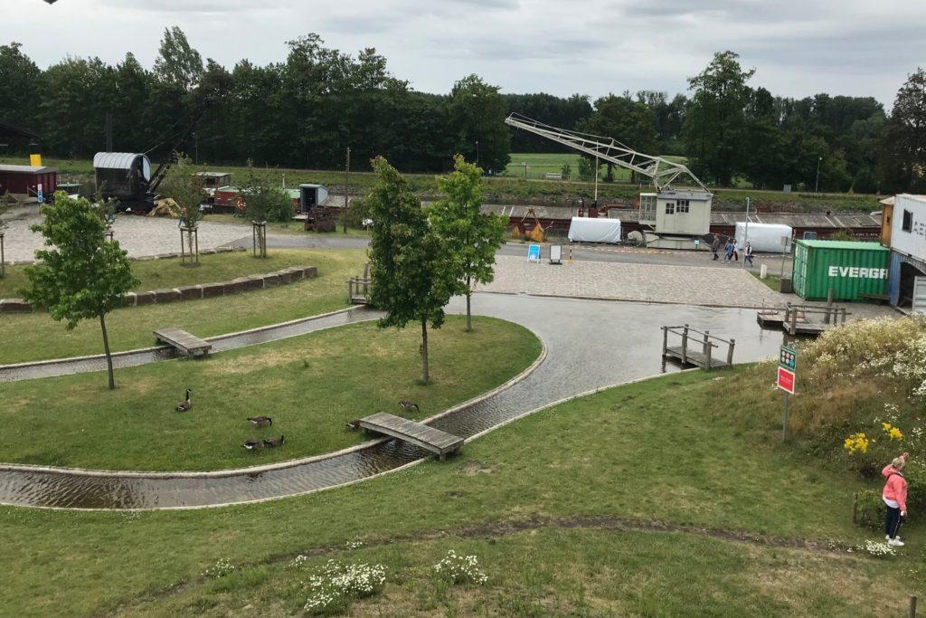 Ein Blick über das große Gelände des Wasserspielplatzes Henrichenburg