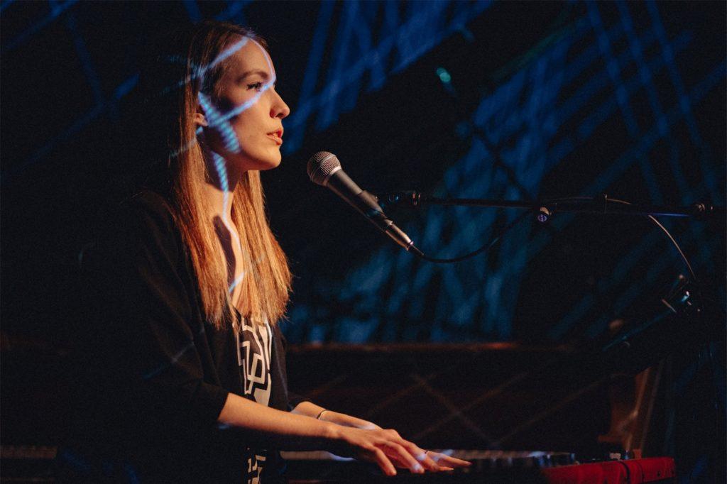 Die Musikerin Maria Basel tritt am 18. Juli (Samstag) ab 20 Uhr im Amphitheater auf.