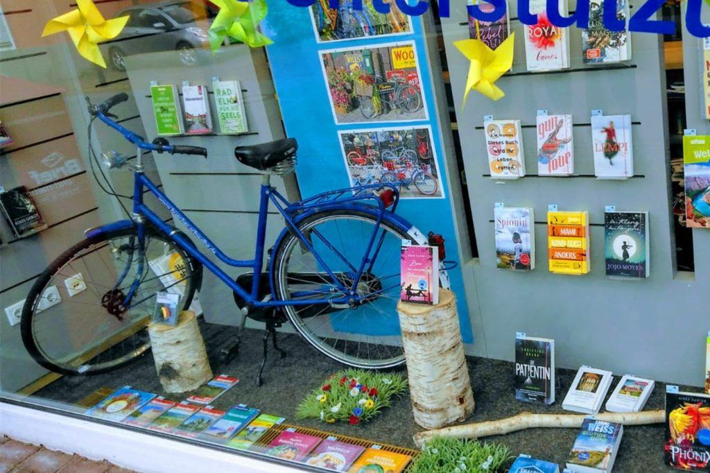 Seitdem Bücher Schwalbe Mitte April ihren Laden wieder öffnen durfte, steht das Lieferfahrrad im Schaufenster.