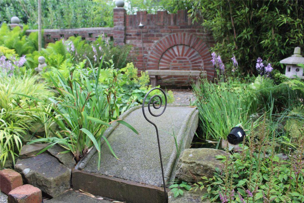 Überall in dem Garten finden sich Sitzgelegenheiten. Auch das Mauerwerk ist selbstgemacht.