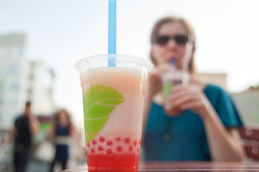 Bubble Tea basiert auf grünem oder schwarzem Tee, der mit Sirup oder Milch und süßen Kügelchen gemixt wird.