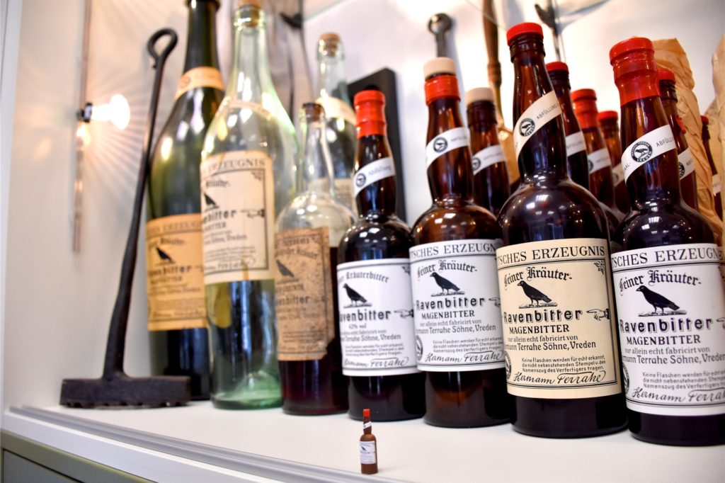 42 Volumenprozent Alkohol stecken hinter dem Ravenbitter. Heute wird er auch mit verschiedenen anderen Getränken gemischt getrunken.