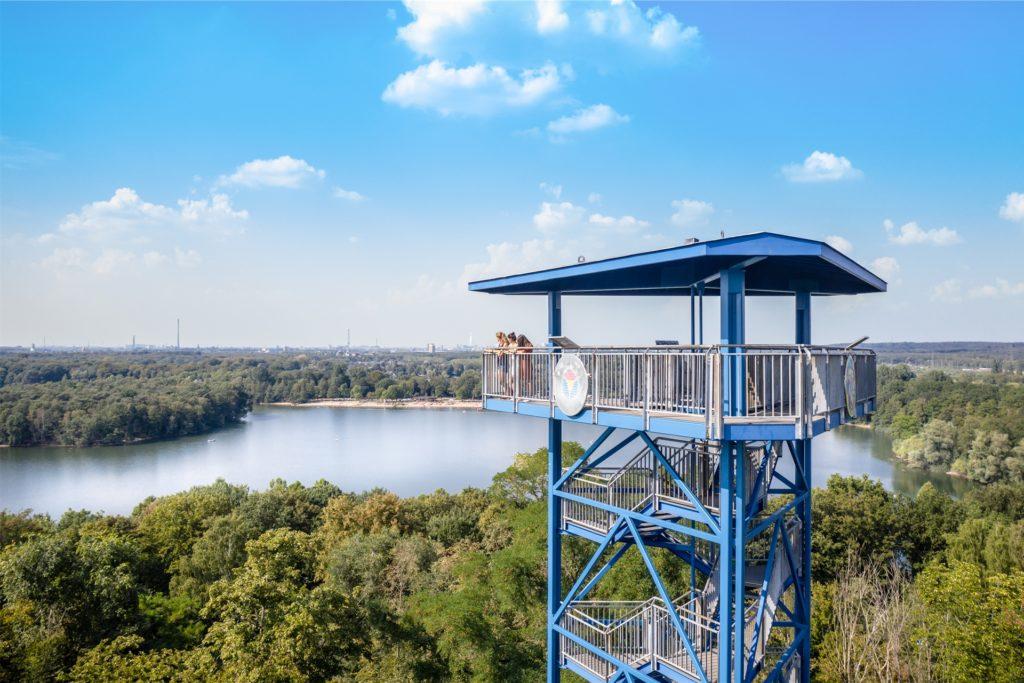 An der Sechs-Seen-Platte in Duisburg ist nicht nur das Wasser (an sonnigen Tagen), sondern auch der Aussichtsturm blau. 100 Stufen geht es hinauf bis zur traumhaften Aussicht.
