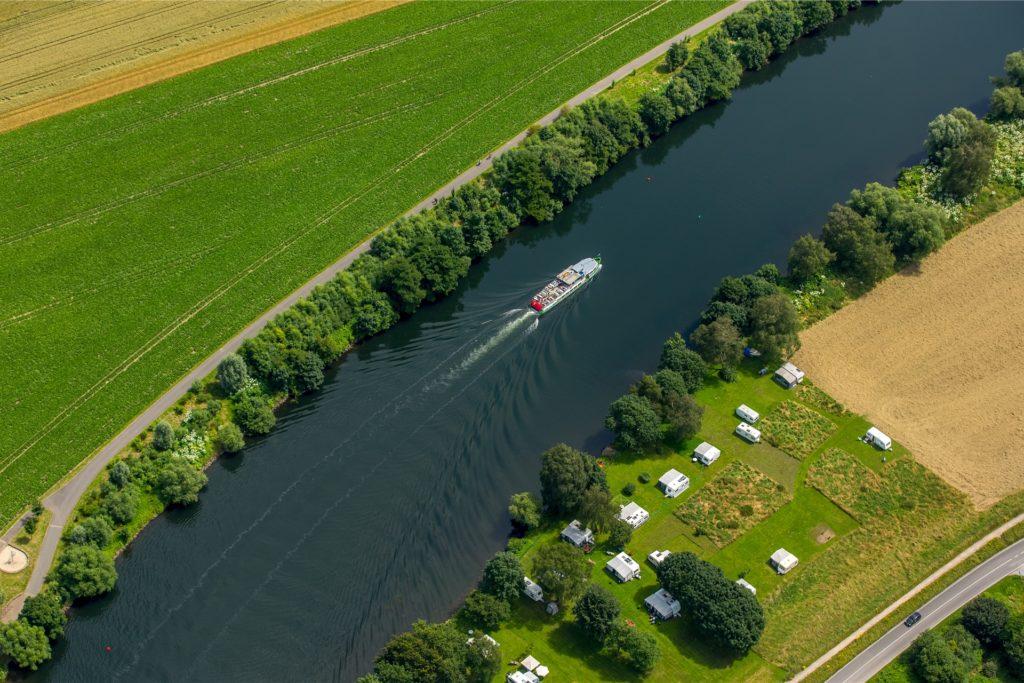 Ein Ausflugsschiff fährt über die Ruhr vom Mülheimer Wasserbahnhof nach Essen-Kettwig. Mindestens genauso schon ist es, die Strecke am Ufer zu Fuß oder mit dem Rad zurückzulegen.