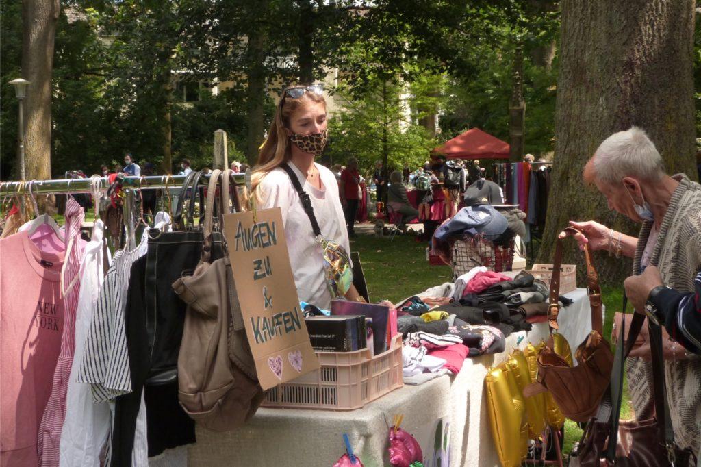 Stand von Alicia Madlock auf dem Trödelmarkt mit Klamottenund Taschen