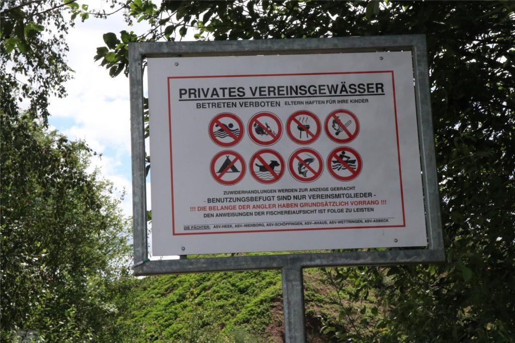 Schilder weisen auf die zahlreichen Verbote hin.