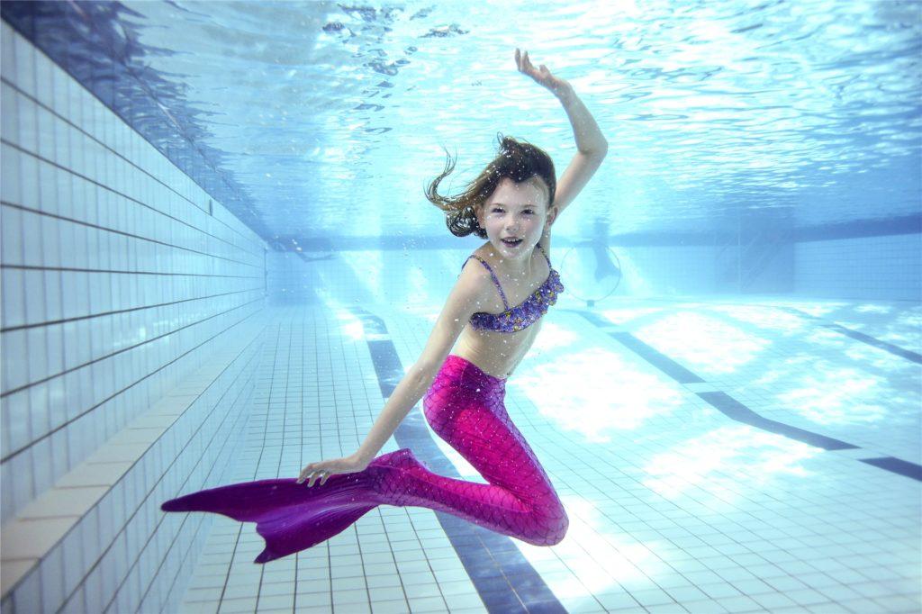Mit der Meerjungfrauflosse kann man unter Wasser wie eine echte Nixe posieren.