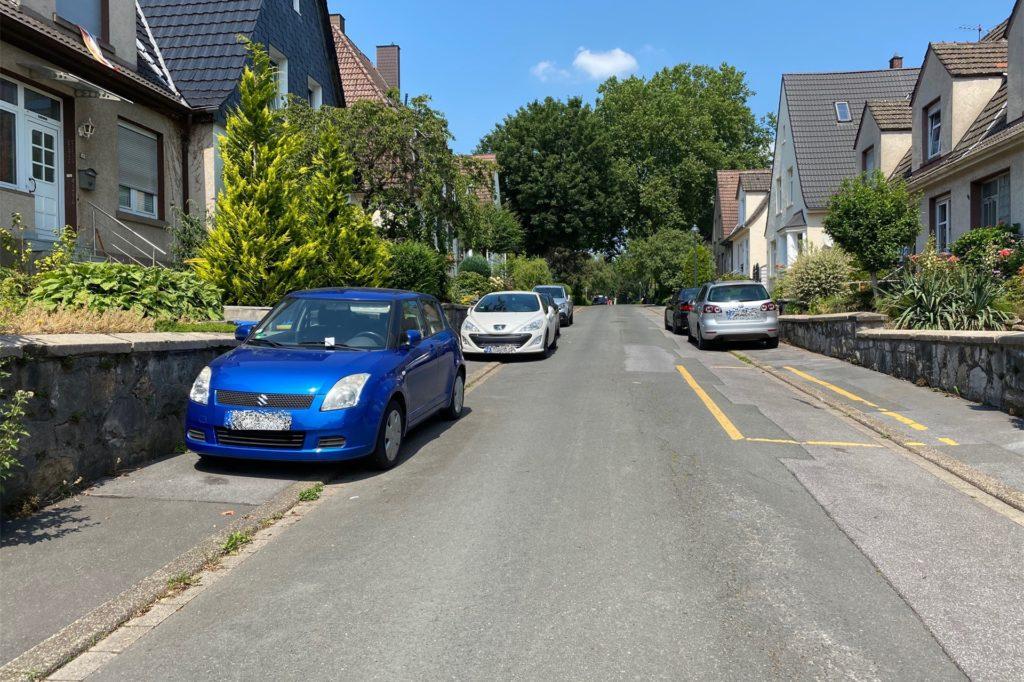 Die Karlsglückstraße ist so schmal, dass die Autos auf dem Bürgersteig parken müssen, damit die Durchfahrt möglich ist.