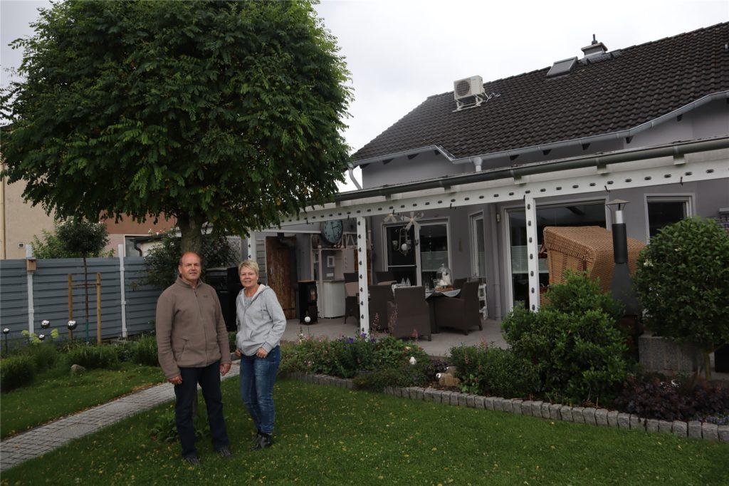 Frank Stunz und Susanne Böttger halten sich, wann immer es geht, im Garten und auf Terrasse auf.