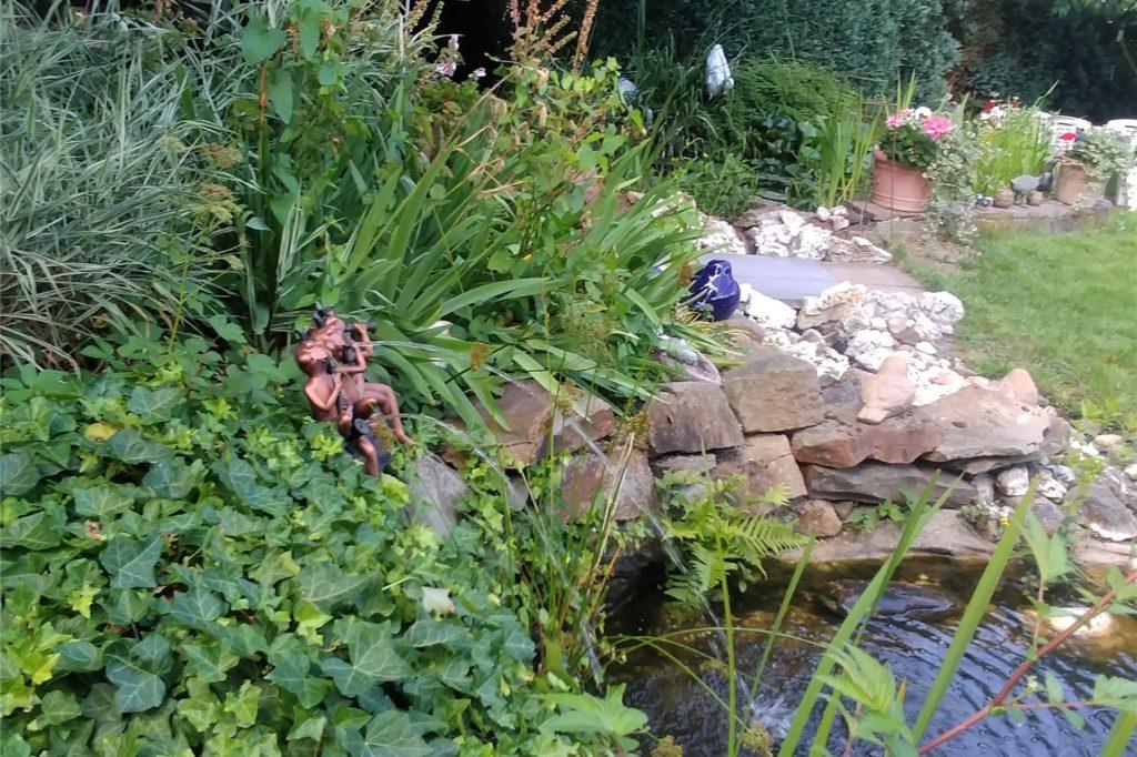 Drei Frösche spielen das Wasser in den Teich.