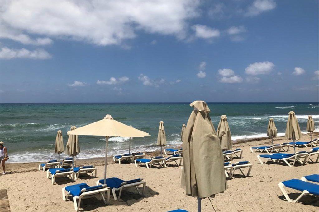 Reichlich Platz am griechischen Strand: Das liegt an den großen Abständen zwischen den Liegen und den wenigen Touristen.