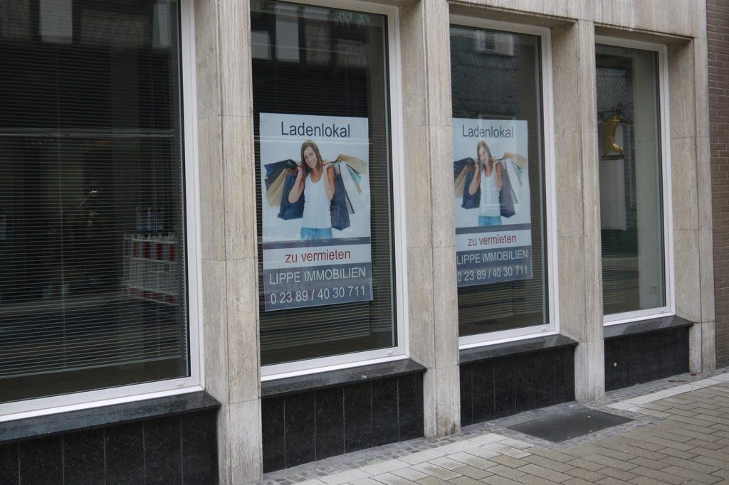 """Die Ladenfront der Bonenstraße 5 im November 2019: Mittlerweile sind die """"zu vermieten"""" Schilder abgehangen."""