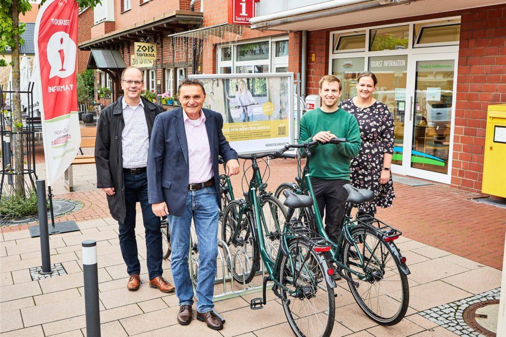 Michael Kösters (Münsterland e.V.), Bürgermeister Dietmar Bergmann, Bernd Laukötter (MünsterlandRad) und Kathrin Schürmann-Schlieker (Tourist Information Nordkirchen) bei der Vorstellung des neuen Verleihsystems.