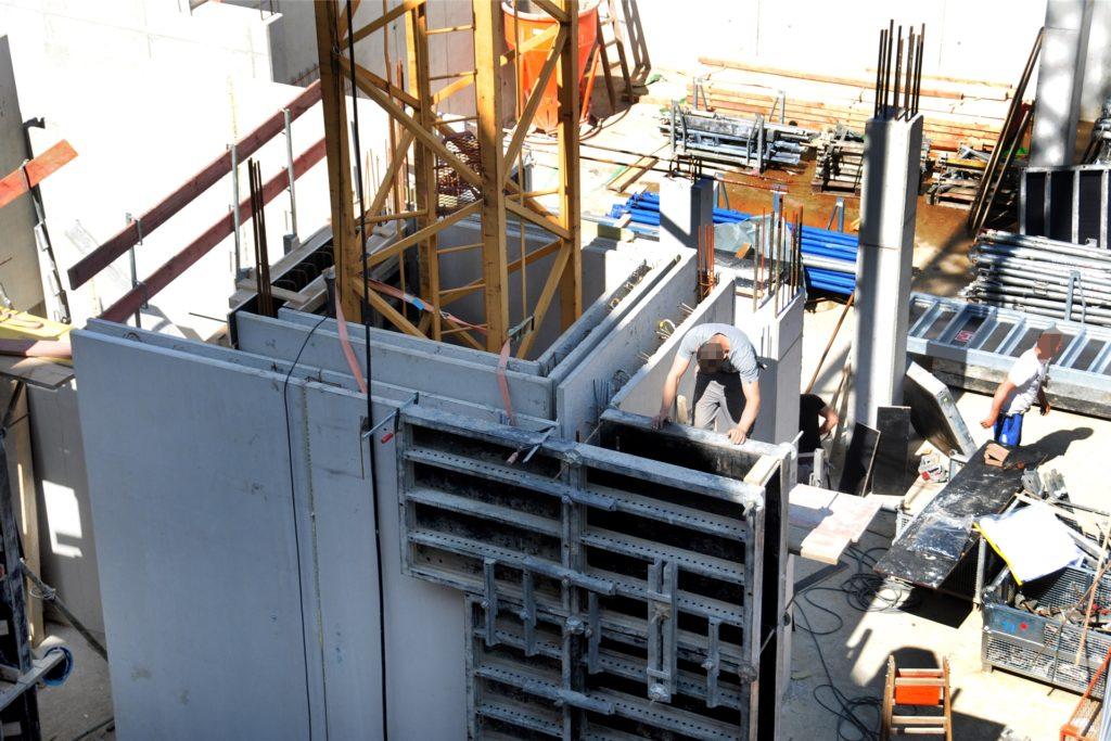 Immer höher eingemauert wird der Baukran auf dem Extrablatt-Gelände - aber das ist so geplant.