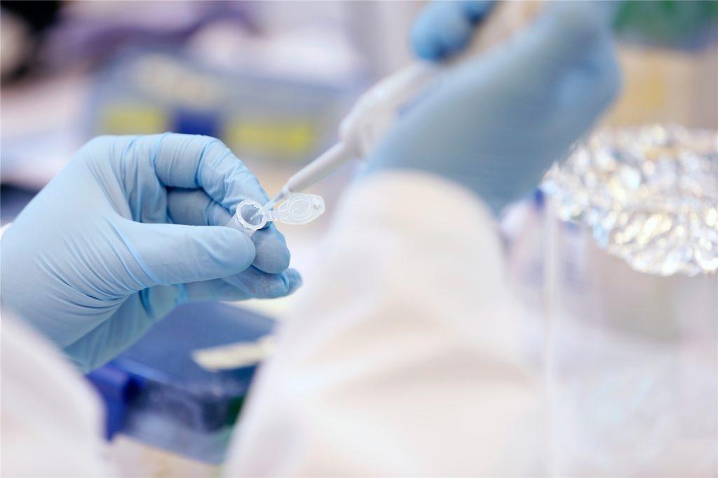 Welcher Wirkstoff Covid 19 am besten bekämpft, ist noch völlig offen. Die Technologie des Forscher-Teams aus Dortmund und Potsdam kann mehrere Wirkstoffe transportieren.