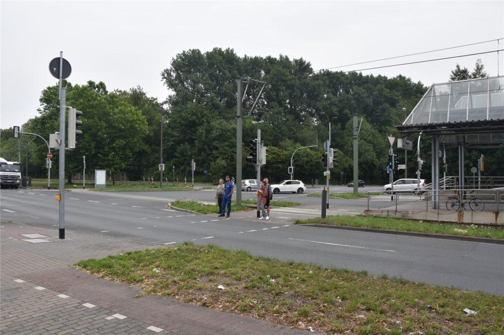 """Nach vier Jahren Warten können die Fußgänger an der Kreuzung wieder eine """"richtige"""" Ampel nutzen. Rechts ist die Haltestelle Schulte Rödding."""