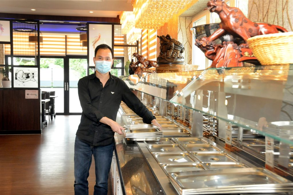 Die Wiedereröffnung des Abendbüfetts bereitet Mitarbeiter Ge Hong im Restaurant Peking Garten vor.
