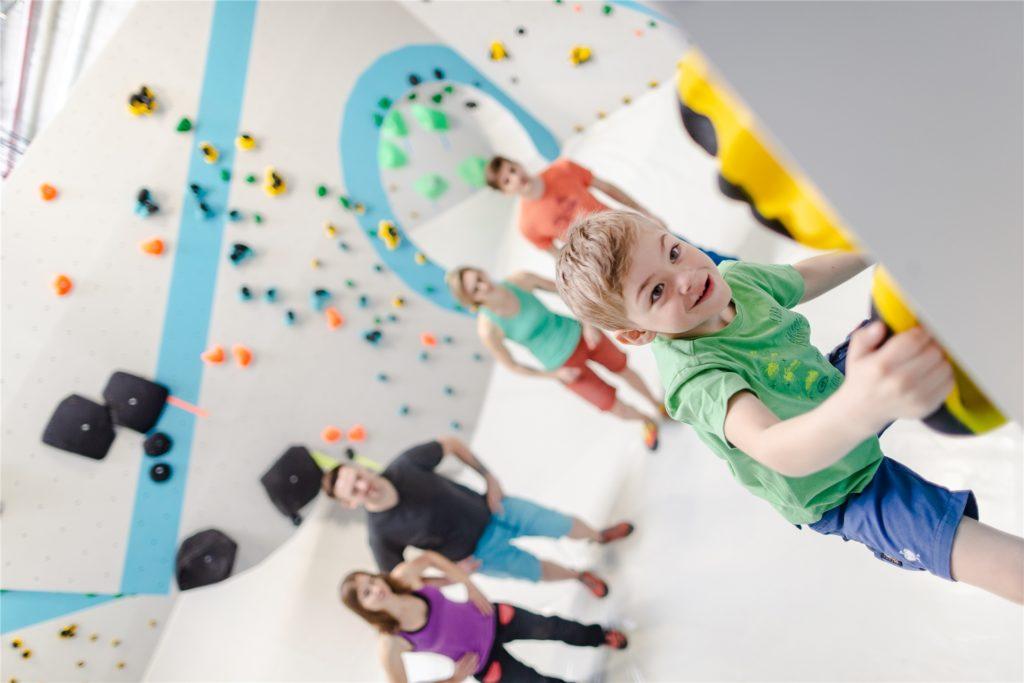 Die Boulderwelt bietet Programm für alle Altersgruppen.