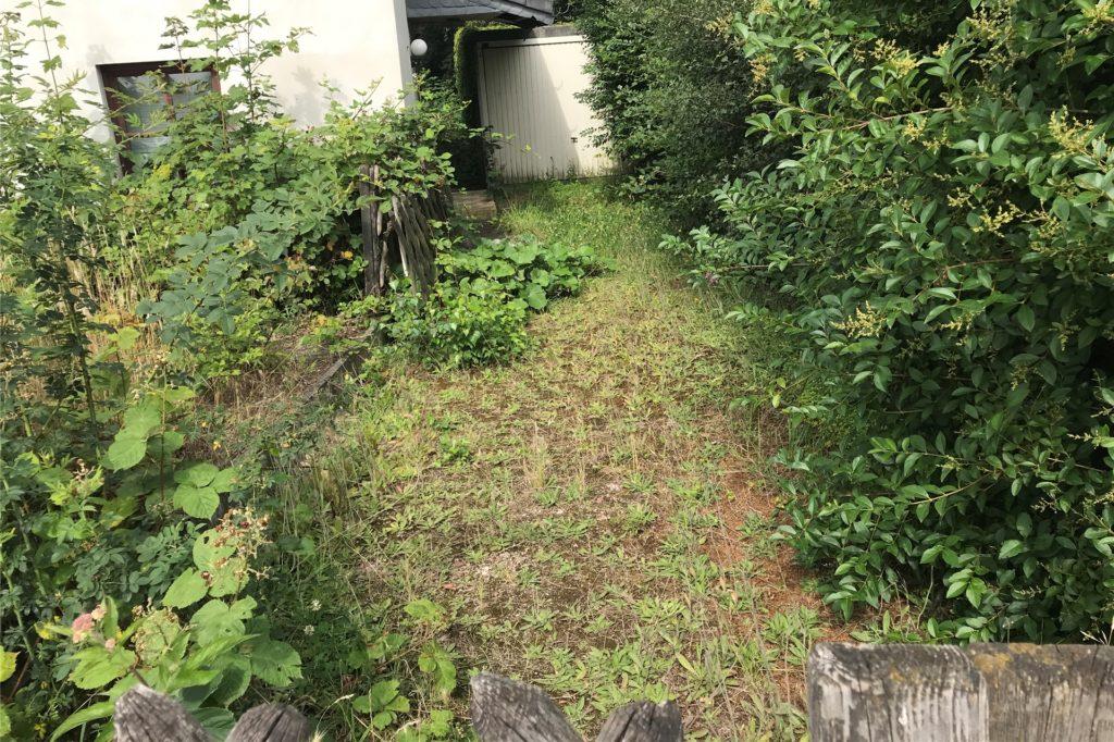 An der Bochumer Straße kurz vor der Stadtgrenze: Das Haus steht leer, Zufahrt, Garten und Bordstein wuchern immer mehr zu.