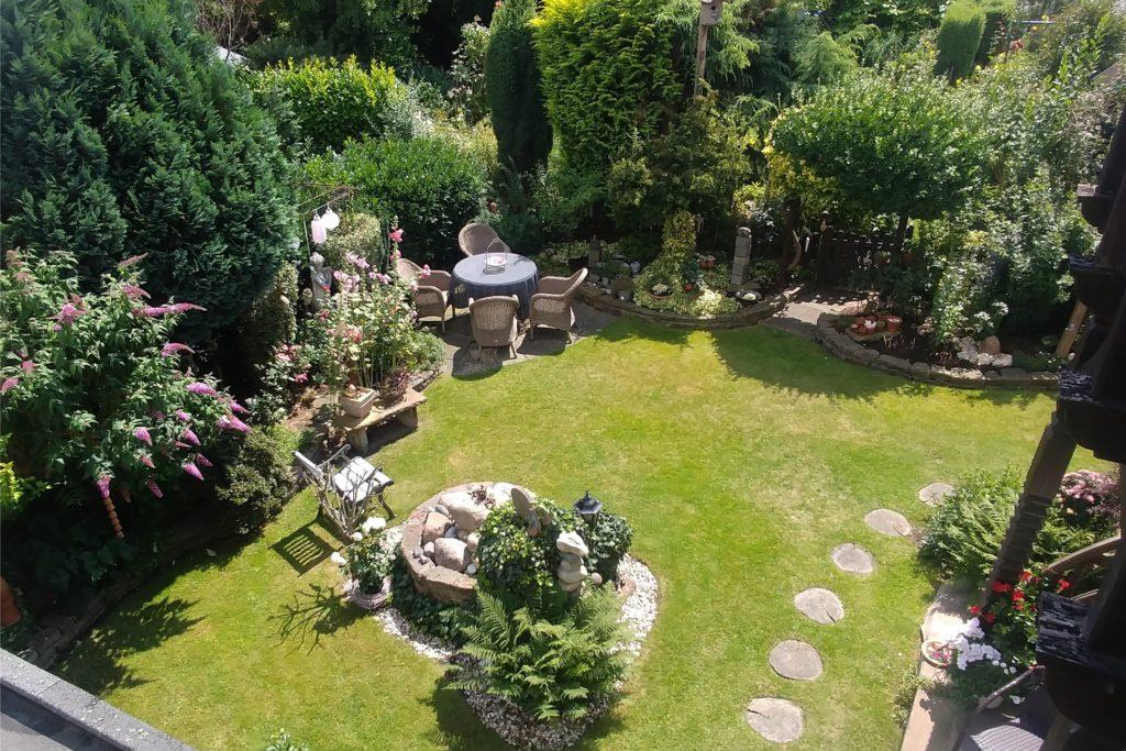 Der Garten ist auch ein Treffpunkt für die Nachbarn von Monika Strzelec.