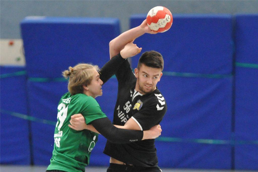 Erstmals seit Jahren kann der TuS Ickern aus seiner Jugendarbeit schöpfen: Einige A-Junioren des TuS (am Ball) sind jetzt für das Männer-Team spielberechtigt.