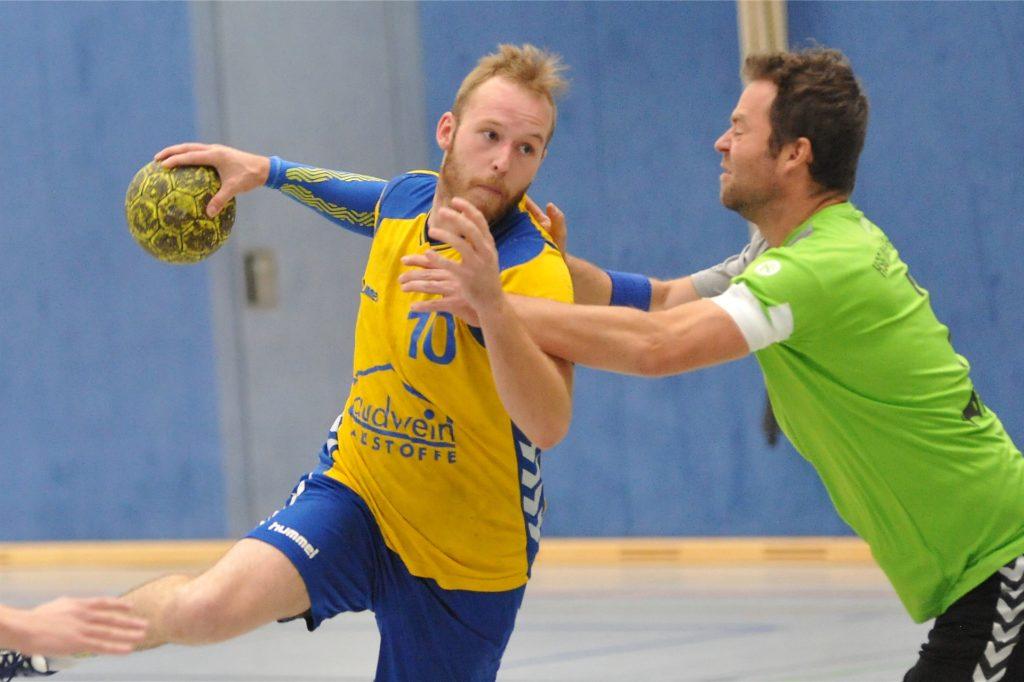 Tristan Pensky (am Ball) ist einer der erfahrenen Spieler, die den Handballern des TuS Ickern für die Bezirksliga-Saison erhalten bleibt.