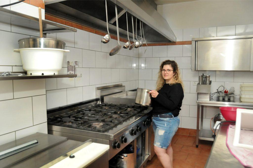 Bevor die Pizzeria wiedereröffnet werden kann, sorgt Maria Grazia Razzano für Ordnung in der Küche.